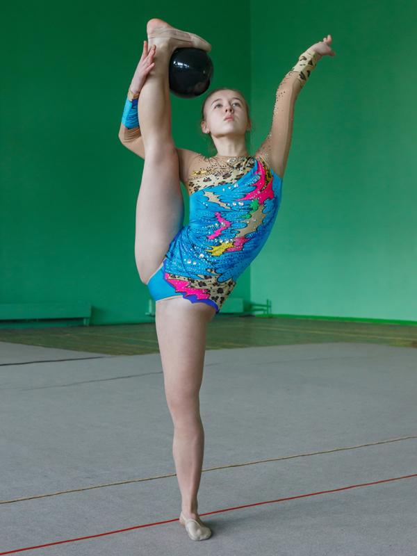 新体操で足を高く上げている中学生