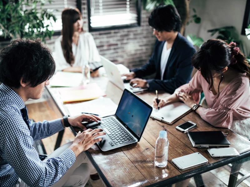 オシャレなオフィスで打ち合わせに参加している女性たち