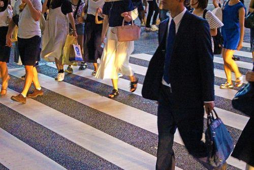 横断歩道を渡るビジネスマン達